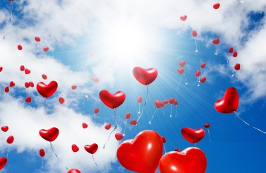 красные-воздушные-шарики-в-форме-сердечек-летят-к-солнцу